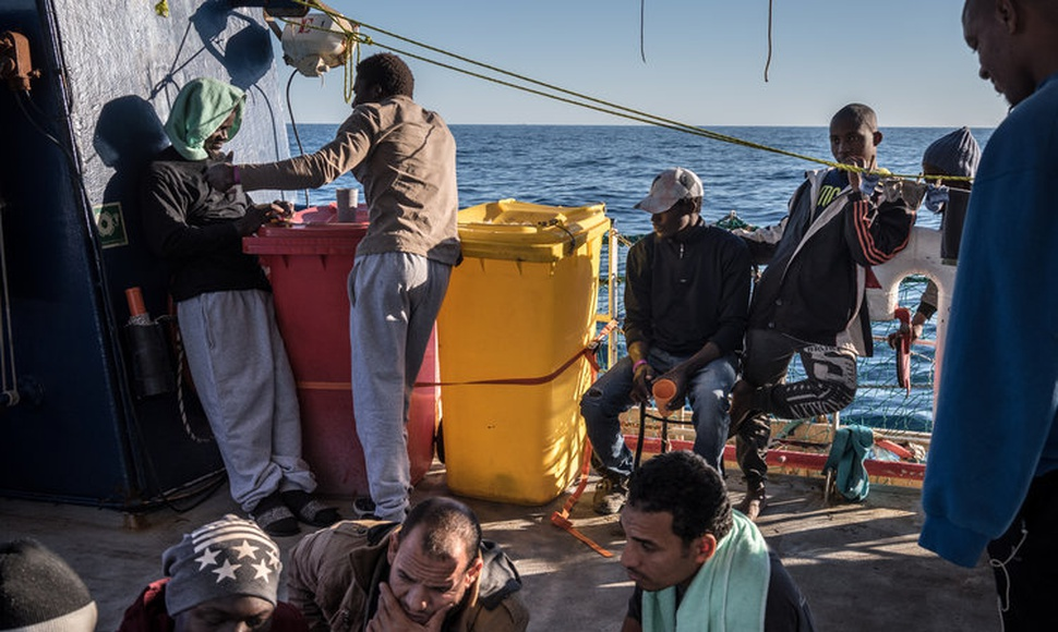 La Guardia Costera libia, financiada por Europa, intercepta barcos de migrantes. En el Mediterráneo este año. (Sergey Ponomarev para The New York Ti