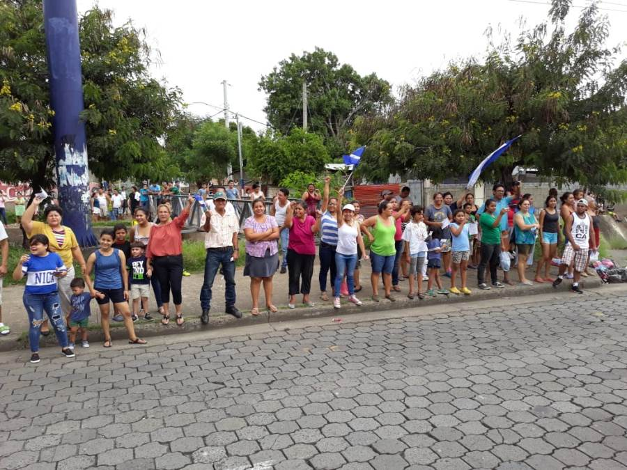 Pobladores saludan a la caravana Azul y Blanco. Uriel Velásquez/END