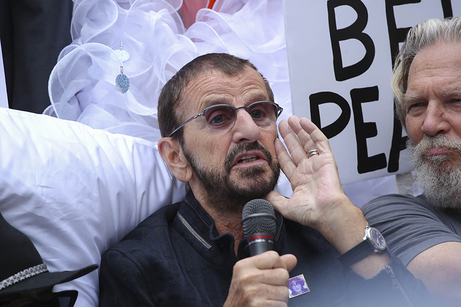 El ex-Beatle Ringo Starr (i) habla junto al actor Jeff Bridges (d).EFE/END