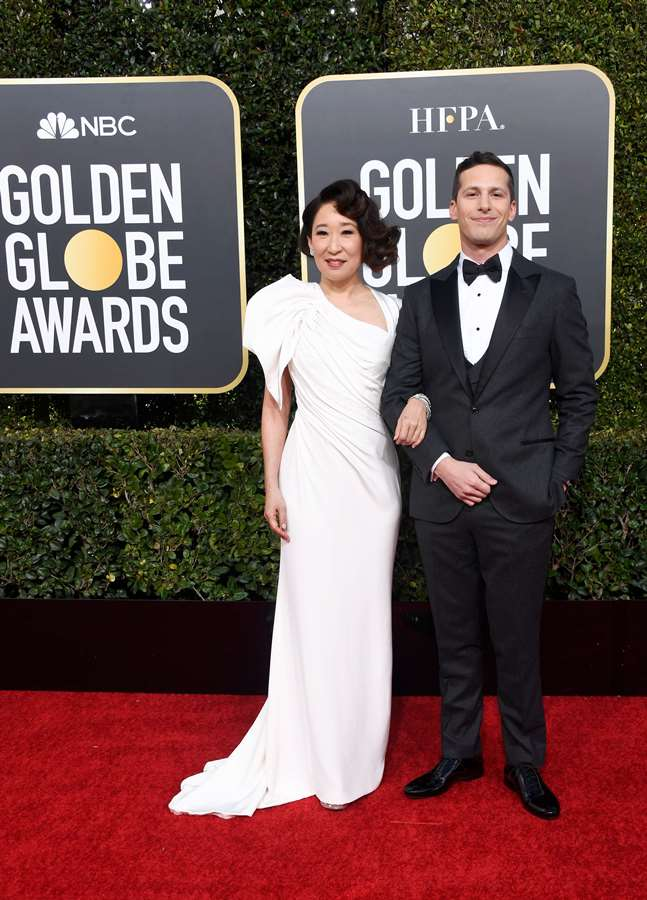 Sandra Oh y Andy Samberg, anfitriones del show. AFP/END