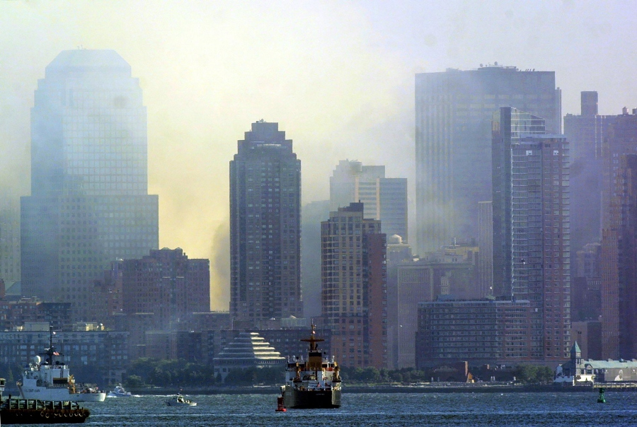 Humo sale de los escombros de las torres gemelas del World Trade Center. AFP/END.