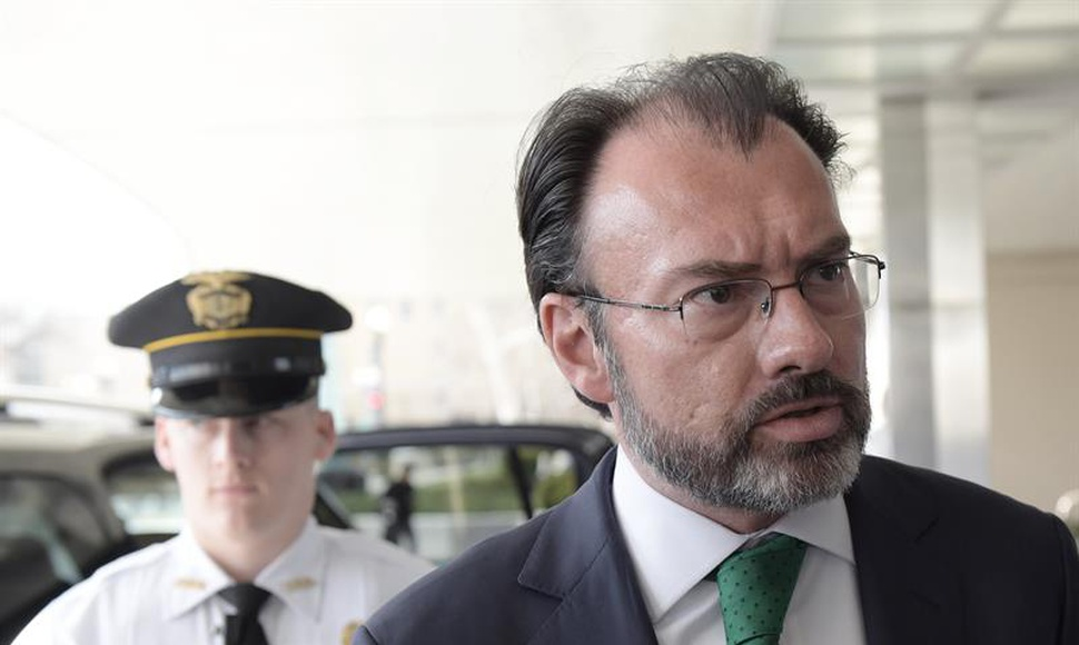 El canciller mexicano Luis Videgaray habla con la prensa en Washington.