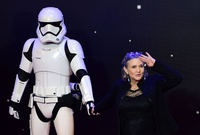 "Carrie Fisher ""estable"", tuitea su madre Debbie Reynolds"