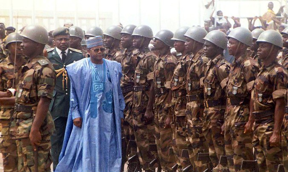Bajo Sani Abacha, funcionarios nigerianos sacaron provecho de crudo. (James Fasuekoi/Associated Press)