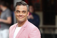 Robbie Williams abusa de cirugías estéticas