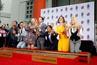 "Elenco de ""The Big Bang Theory"" deja sus huellas en Hollywood"