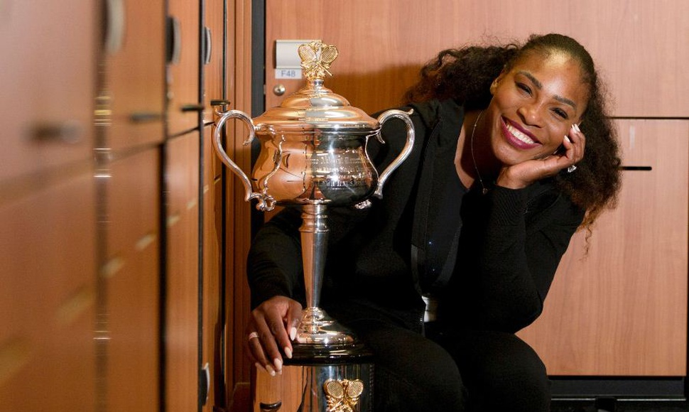 Serena Williams posa con su trofeo.