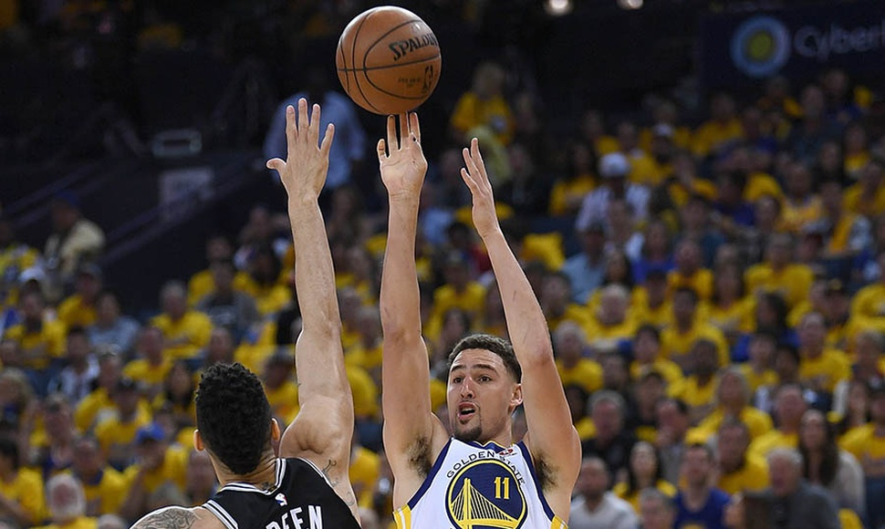 Klay Thompson anotó 27 puntos contra San Antonio.