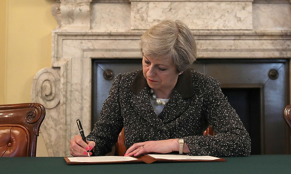 THERESA MAY FIRMA LA CARTA QUE INICIA EL BREXIT.