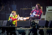 Líder de Foo Fighters se rompe una pierna y sigue el show con un yeso