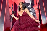 Cardi B anuncia su embarazo en Saturday Night Live