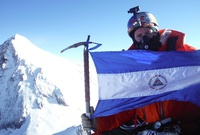 Californiano alza bandera nica desde el Everest